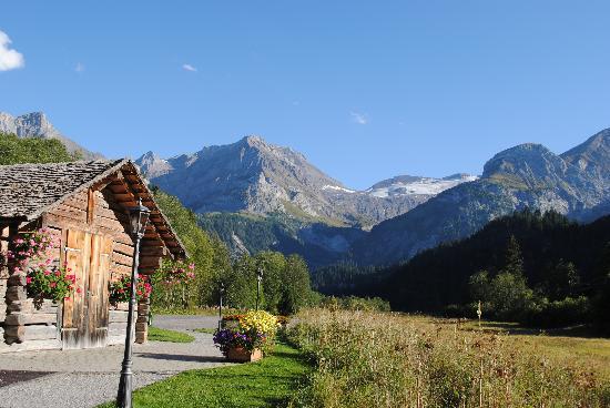 Hotel Alpenland Lauenen: view from inside/outside the restaurant/breakfast area