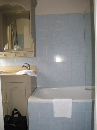 Hotel Le Fer a Cheval: salle de bain