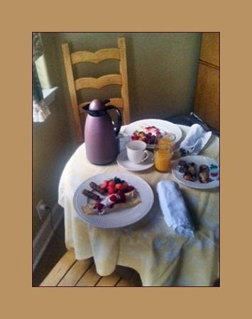 Cayucos Sunset Inn: Breakfast in the room.
