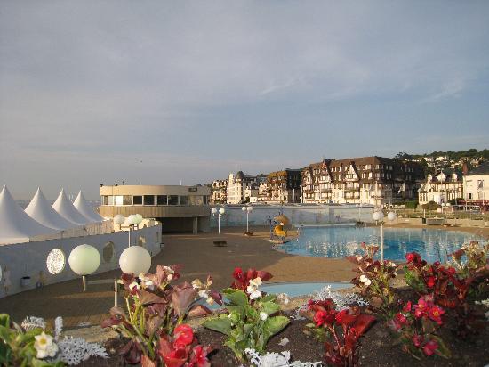 Jardin de la Mer: vue sur la piscine de notre table