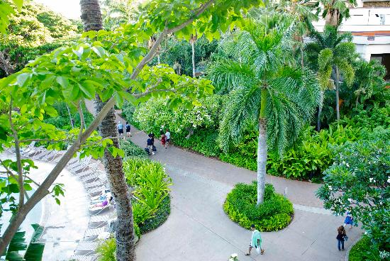 Hale Koa Hotel: The path through the middle of the hotel going to the beach