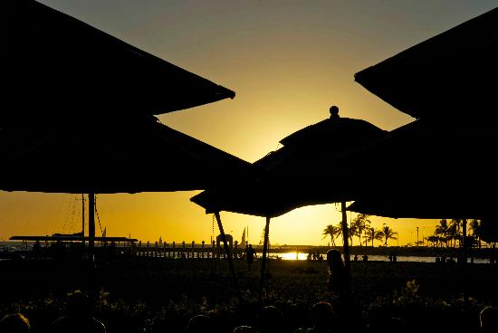 Hale Koa Hotel: Sunset from the Beach Bar - you just can't go wrong