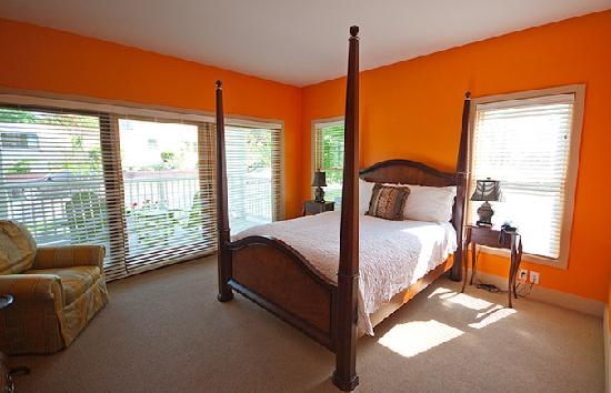 ‪‪Lake Country Inn‬: Orange Room‬