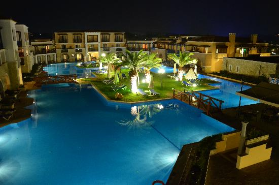 Σκαφιδιά, Ελλάδα: Royal Olympian main pool at night