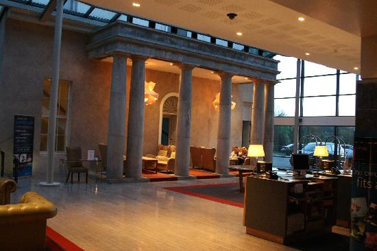 Radisson Blu Farnham Estate Hotel, Cavan: reception at night