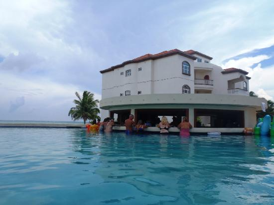 Grand Caribe Belize Resort and Condominiums: Party guests enjoying the pool bar