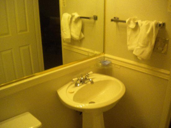 Bella Coola Valley Inn : Room 214 Bathroom