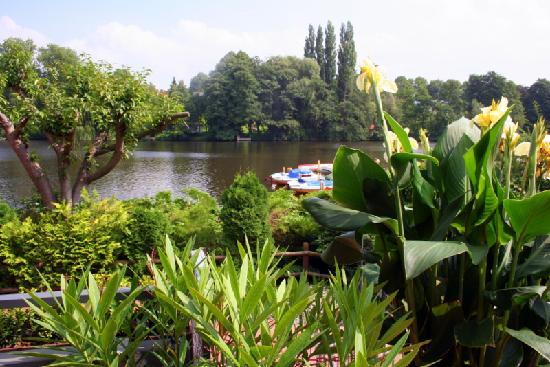 Hotel Wakenitzblick-Garni: View from bedroom of Wakenitz River