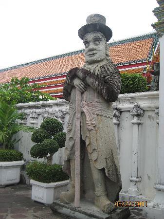 วัดโพธิ์: the a statue nearby