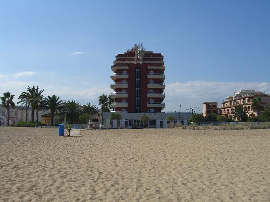 Acualandia: Vista del hotel desde la playa