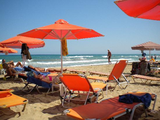 Georgioupolis, Greece: Spiaggia di sassi e molto piccola