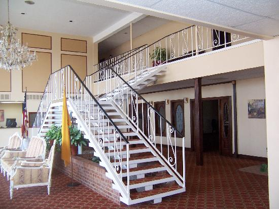 Grand Motor Inn, Hotel & Restaurant: Lobby with stairs to second floor