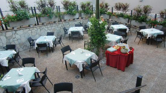 Marylanza Suites & Spa: outside dining-room