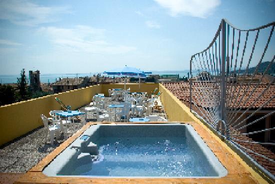 Hotel Miravalli: jacuzzi vista lago