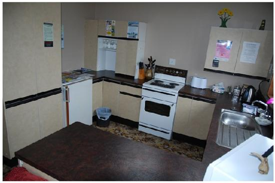 Split Level Backpacker & Accommodation : Shared Kitchen Facilities