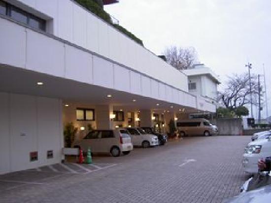 Hotel Mielparque Matsuyama: ホテルの入り口の前に駐車場があります。