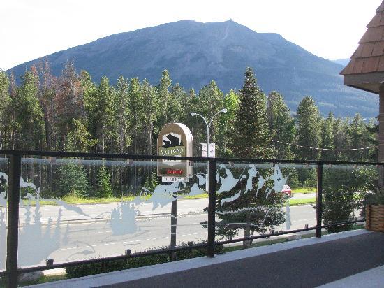 Maligne Lodge: balcony common area