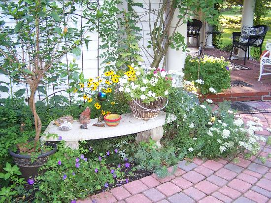 Ophelia's Garden Inn: Gardens surround the home and guests enjoy breakfast on the patio on nice days