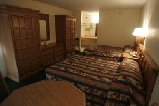 Golden Link Motel: AAA clean large rooms with refg and micro