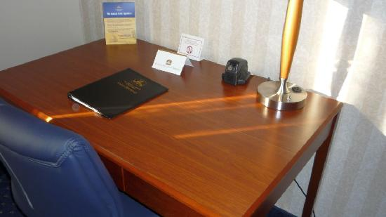 Best Western La Plata Inn: Room 229, desk with UTP cable