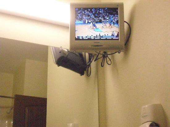 WINGATE by Wyndham: The TV in the bathroom is very cool!