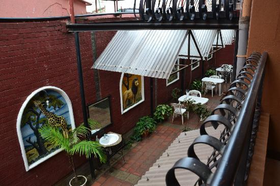 Arusha Naaz Hotel: coin déjeuner
