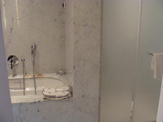 ฮิลตัน เอเธนส์ โฮเต็ล: Bathroom view of both tub and shower
