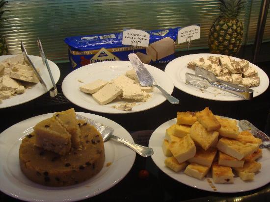 ฮิลตัน เอเธนส์ โฮเต็ล: terrific halvah selection at the breakfast buffet
