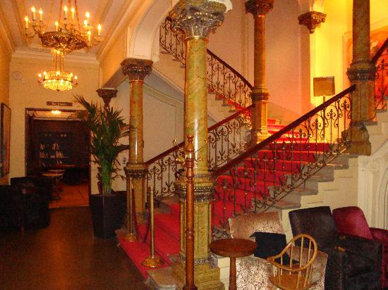 Hotel Kamp: 旧館側1階階段