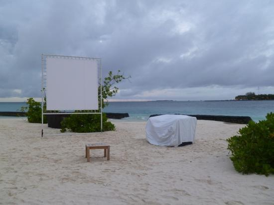 Kuramathi Island Resort: Sand Bar projector.. cinema under the stars