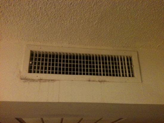 Holiday Inn Chicago North Shore (Skokie): Here's the mold dripping from the ac vent at the Skokie Holiday Inn!