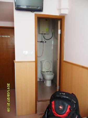 Golden Crown Guesthouse : Asian style bathrooms