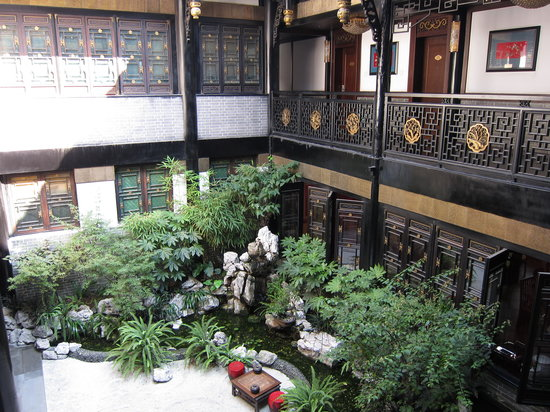 BuddhaZen Hotel: Nice garden in the middle of the hotel