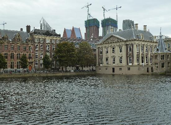 Mauritshuis Museum: The building on the right is the Mauritshuis