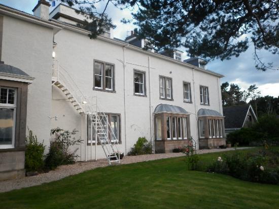 Invernairne Hotel: Back of hotel(garden)