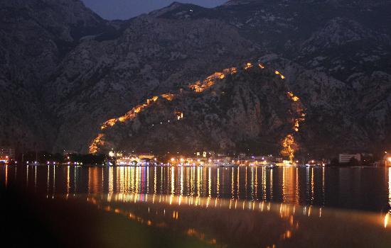 Hotel Pana Kotor : Les remparts de Kotor de nuit