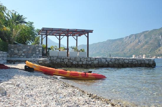 Hotel Pana Kotor: Le canoë est une bonne idée pour ceux qui n'aiment pas la bronzette
