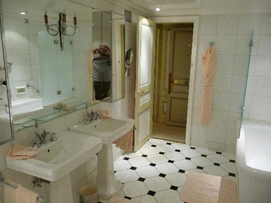 Ritz Paris: Spacious bathroom