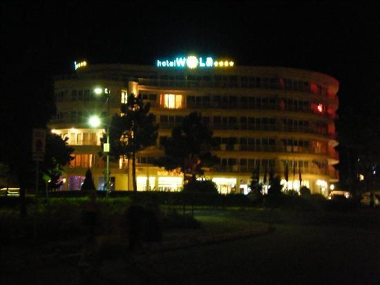 Wela Hotel: Outside the hotel at night