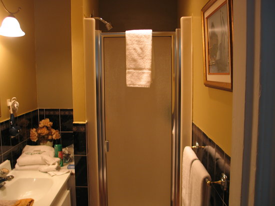 مانوار سور لو كاب: a look into the bathroom