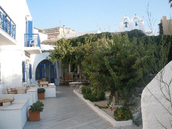 Captain Manolis Hotel: Courtyard at Captain Manolis