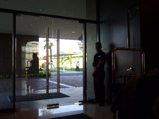 Courtyard Panama at Metromall Mall: puerta de acceso y Fernando un botones de lujo!!!