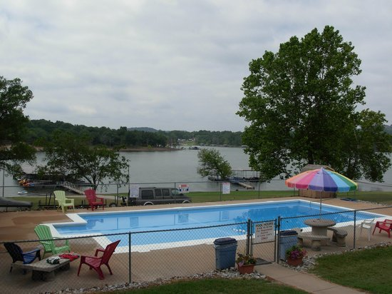 Lazy Lee's Resort : A view of the pool and Table Rock Lake.