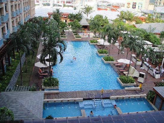 รีสอร์ท เวิร์ลด์ เซ็นโตซ่า-โรงแรม เฟสทีฟ: View from bedroom to pool