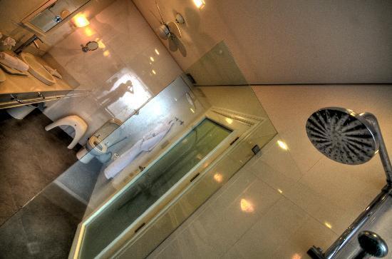 The Inn at Cliffhouse Tagaytay: The large bathroom