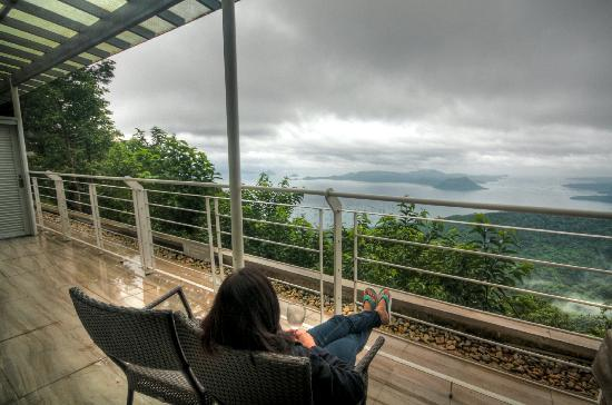 The Inn at Cliffhouse Tagaytay: The large private balcony overlooking the lake and volcano
