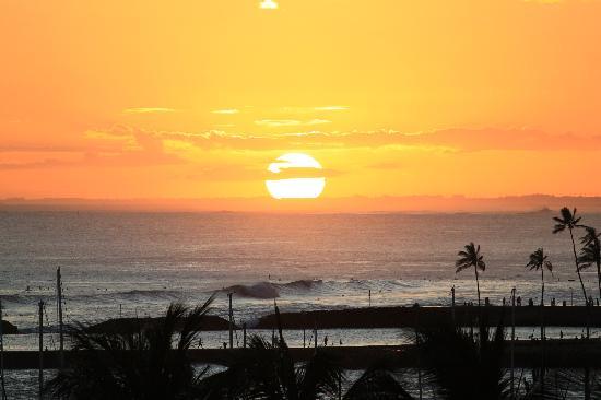 Hilton Hawaiian Village Waikiki Beach Resort : Sunset view from our balcony at HHV Ali'i Tower