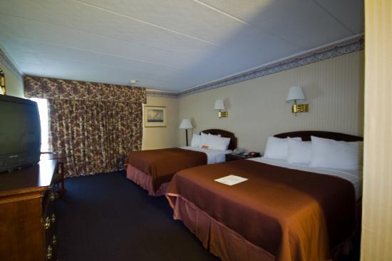 Howard Johnson Inn Mystic: two queen size beds