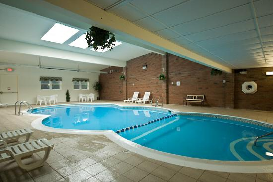 Howard Johnson Inn Mystic: indoor pool