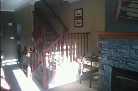 Bighorn Meadows Resort: Stairwell leading to upper floor